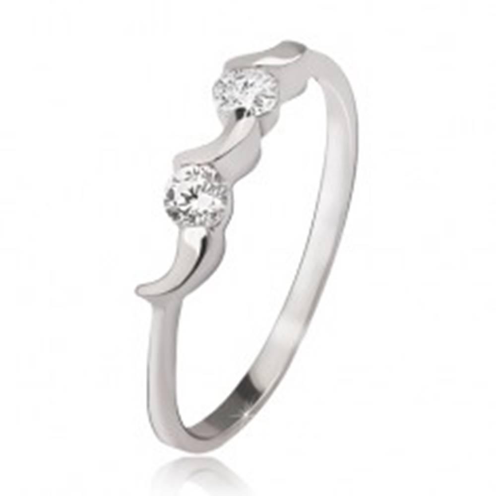 Šperky eshop Strieborný prsteň 925 - nepravidelné mesiačiky, dva okrúhle číre zirkóny - Veľkosť: 49 mm