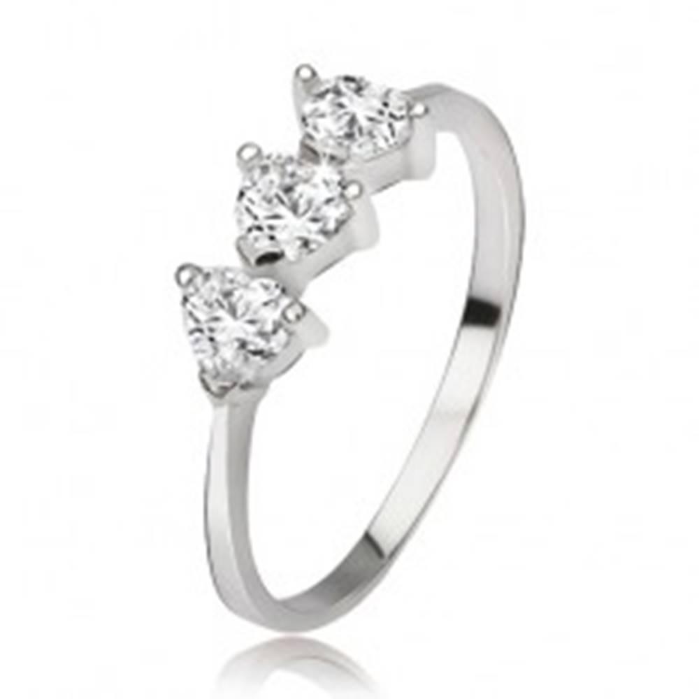 Šperky eshop Strieborný prsteň 925 s tromi srdiečkovými zirkónmi - Veľkosť: 48 mm
