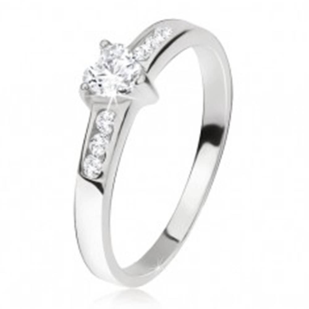 Šperky eshop Prsteň zo striebra 925, srdcový zirkón, menšie kamienky v ramenách - Veľkosť: 48 mm