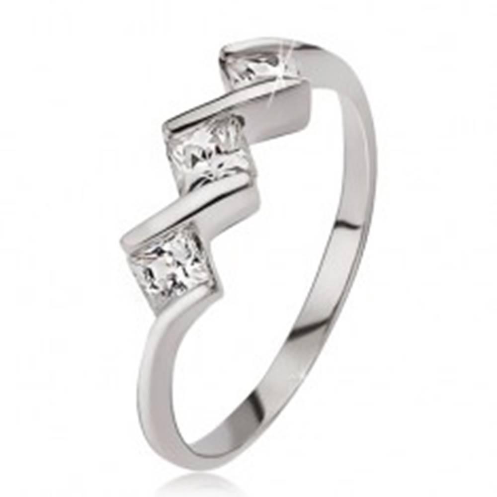 Šperky eshop Strieborný prsteň 925, tri číre štvorcové kamienky - Veľkosť: 49 mm