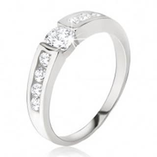 Strieborný prsteň 925 - číry zirkón v kotlíku, drobné kamienky na ramenách - Veľkosť: 49 mm