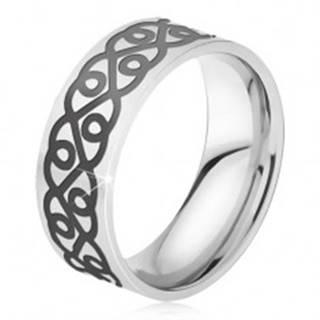 Oceľový prsteň - obrúčka striebornej farby, hrubý čierny ornament, srdcia - Veľkosť: 52 mm