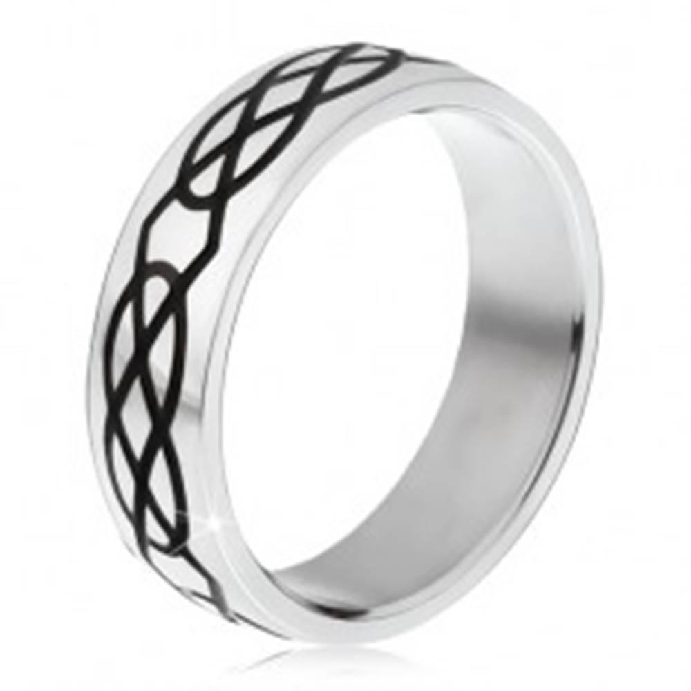 Šperky eshop Oceľový prsteň - obrúčka striebornej farby, vzor zo sĺz a kosoštvorcov - Veľkosť: 57 mm