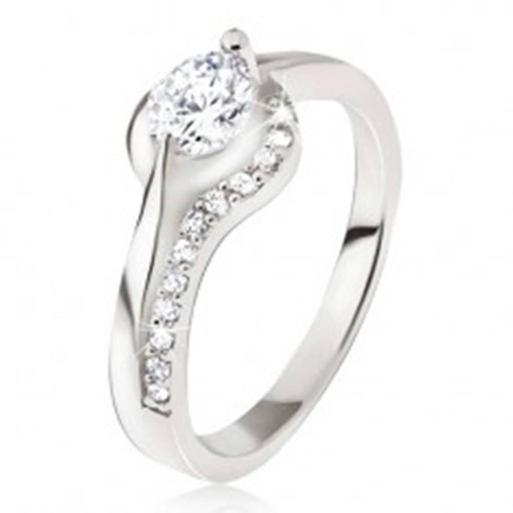 Šperky eshop Strieborný prsteň 925, okrúhly číry kamienok, zaoblené ramená, zirkóniky - Veľkosť: 49 mm