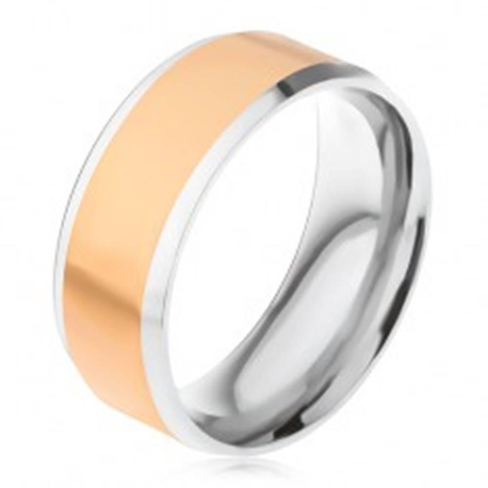 Šperky eshop Oceľový prsteň, stredový pás zlatej farby, šikmé okraje striebornej farby - Veľkosť: 56 mm