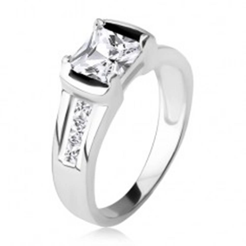 Šperky eshop Strieborný prsteň 925, štvorcový číry zirkón, tri kamienky v ramenách - Veľkosť: 48 mm