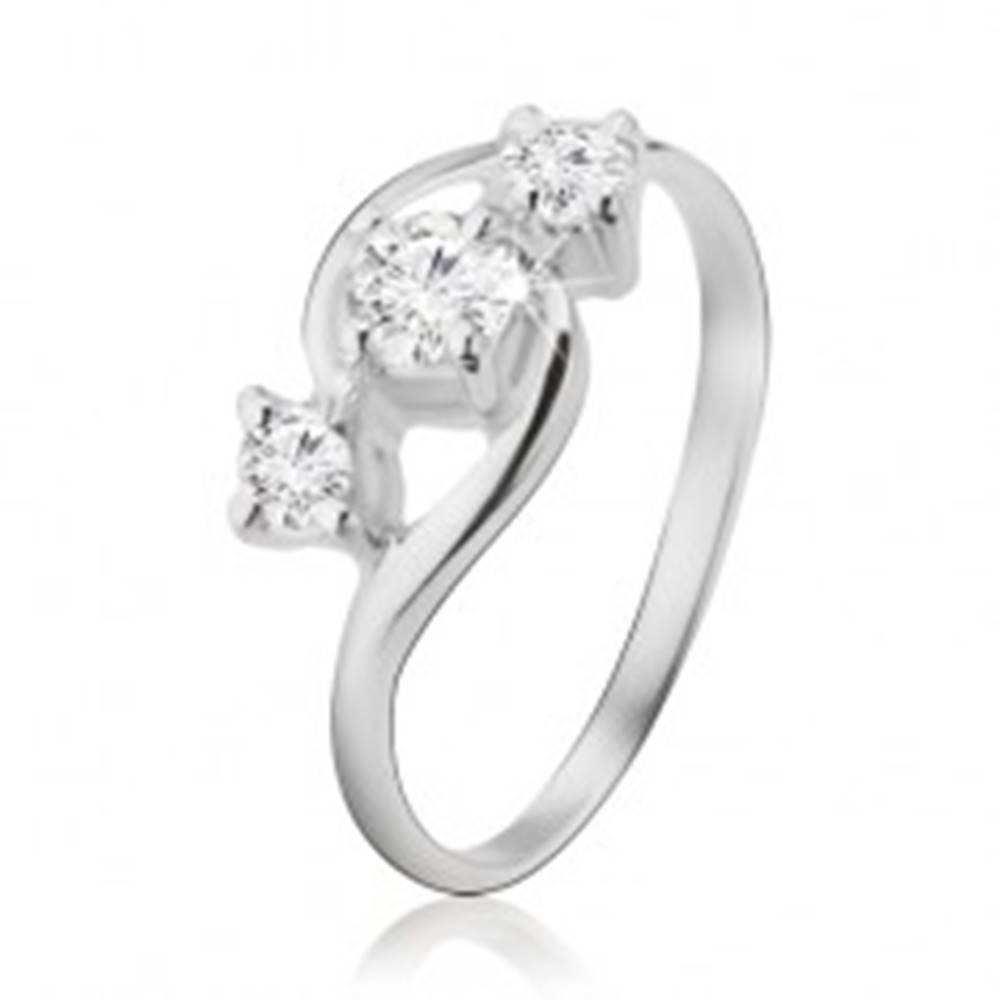 Šperky eshop Strieborný prsteň 925, tri diagonálne uložené zirkóny, zaoblené ramená - Veľkosť: 49 mm