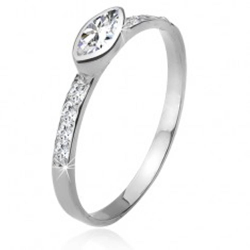 Šperky eshop Zirkónový prsteň, kamienkové ramená, elipsovitý kamienok, striebro 925 - Veľkosť: 49 mm