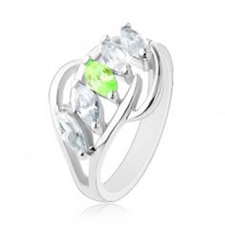 Prsteň s rozdelenými ramenami, lesklé oblúčiky, pás zrniek čírej a zelenej farby - Veľkosť: 51 mm