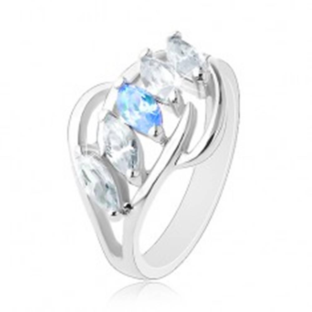 Šperky eshop Lesklý prsteň striebornej farby, oblúčiky, zrnká čírej a modrej farby - Veľkosť: 58 mm