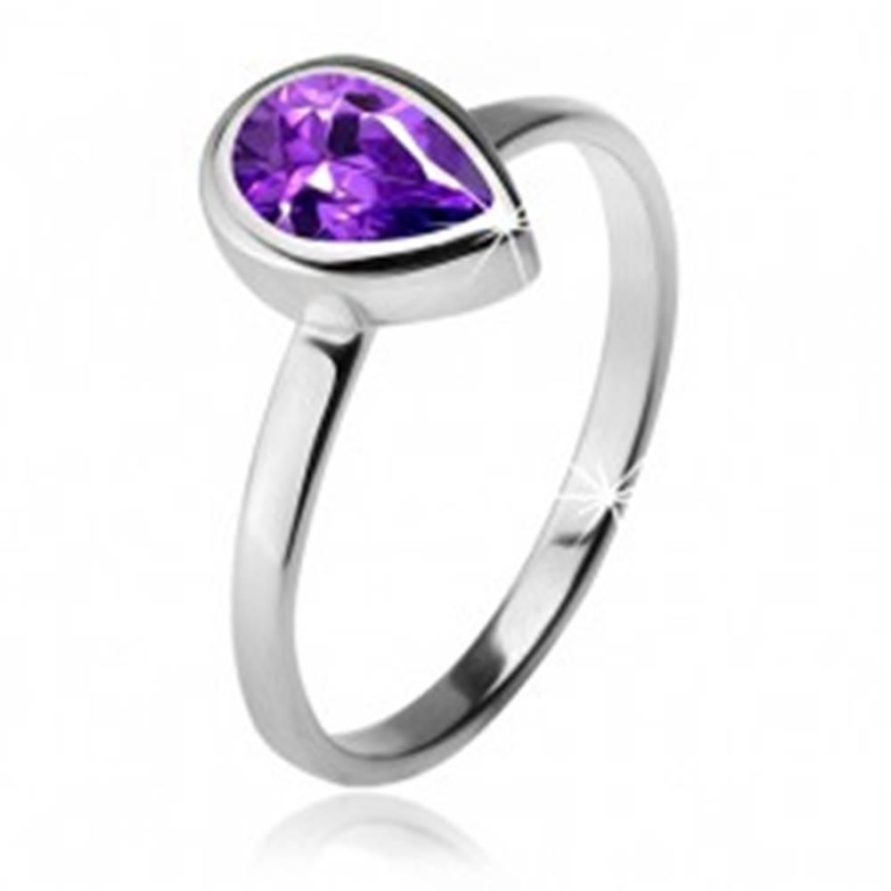 Šperky eshop Prsteň s fialovým slzičkovým kamienkom v objímke, striebro 925 - Veľkosť: 49 mm