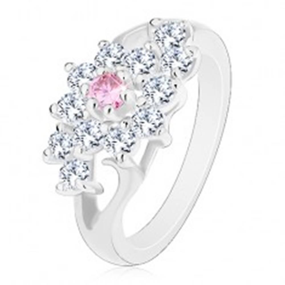 Šperky eshop Prsteň s lesklými rozdelenými ramenami, číry kvietok s ružovým stredom - Veľkosť: 49 mm