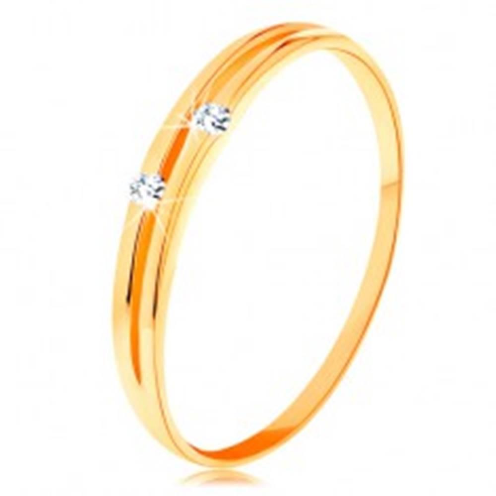 Šperky eshop Zlatý prsteň 585 - lesklé hladké ramená s úzkym výrezom a zirkónikmi - Veľkosť: 49 mm