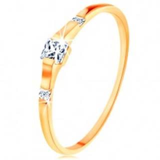 Zlatý prsteň 585 - tri číre zirkónové štvorčeky, lesklé a hladké ramená - Veľkosť: 49 mm