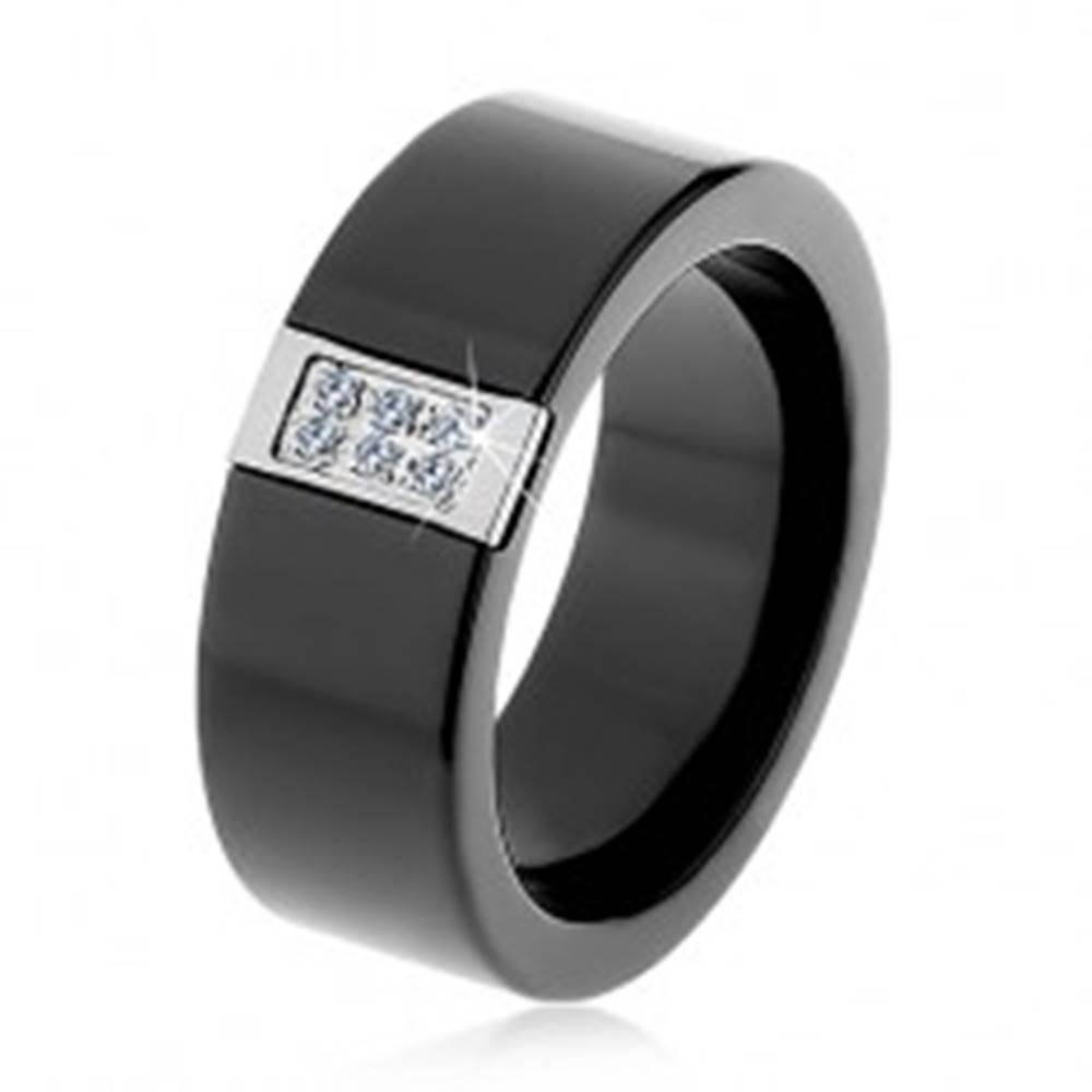 Šperky eshop Čierny keramický prsteň s hladkým povrchom, oceľový obdĺžnik so zirkónmi - Veľkosť: 51 mm