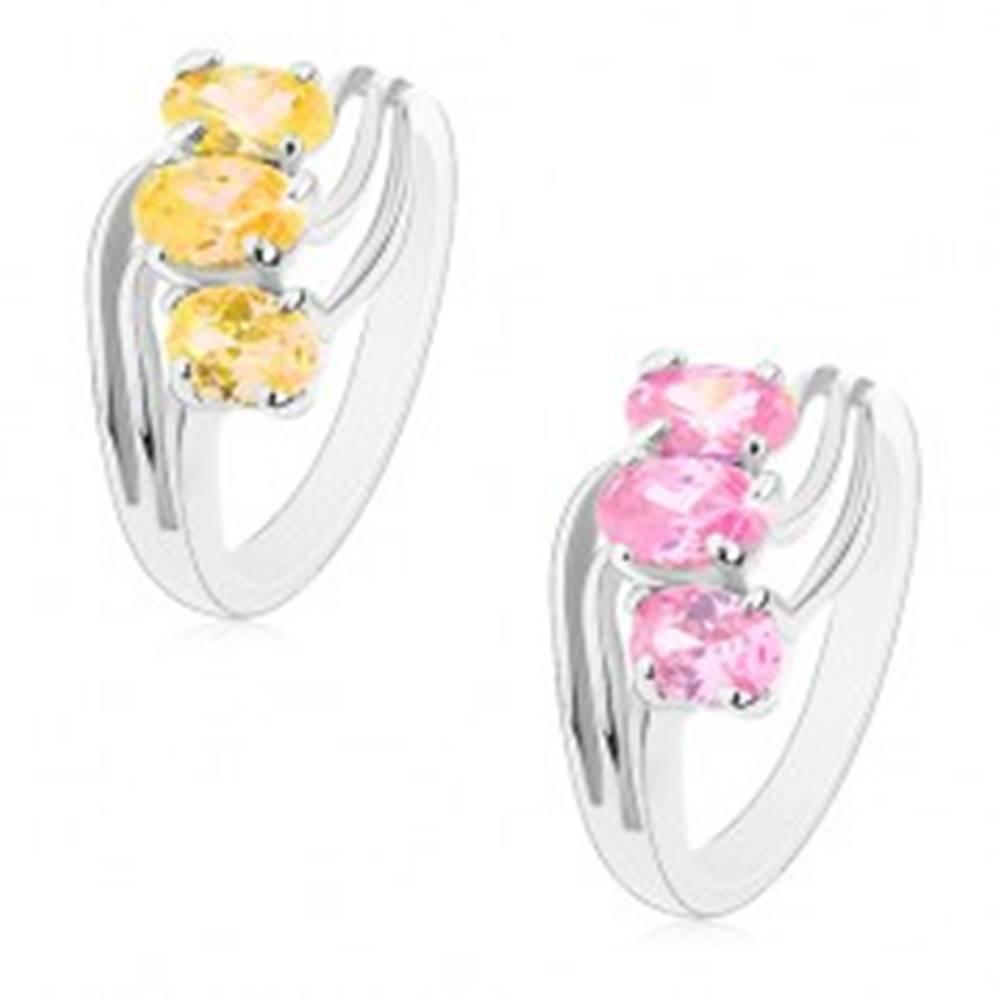 Šperky eshop Lesklý prsteň striebornej farby, zirkónové ovály, tenké zvlnené línie - Veľkosť: 49 mm, Farba: Ružová