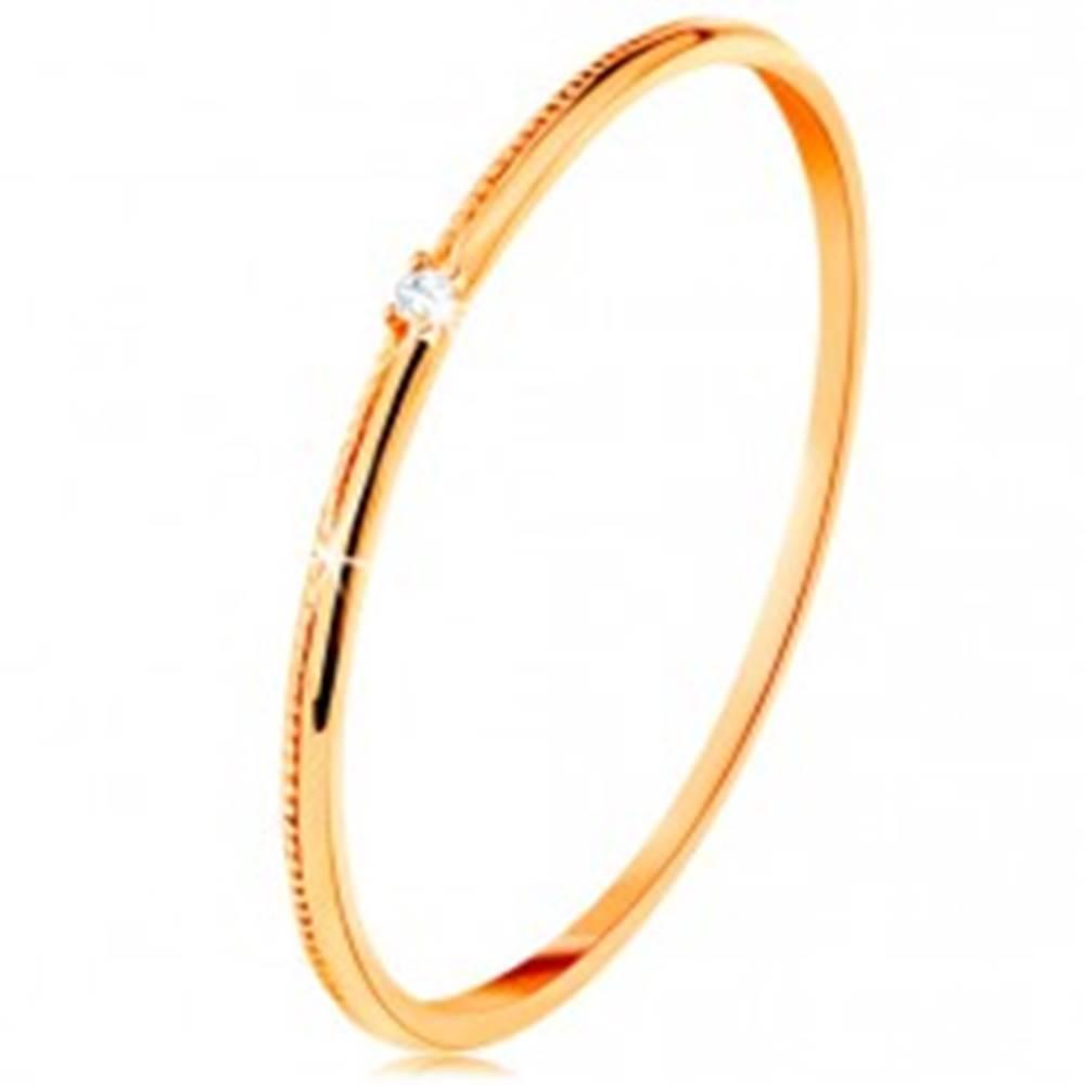 Šperky eshop Prsteň v žltom 14K zlate - drobný číry zirkón, jemne vrúbkované ramená - Veľkosť: 49 mm