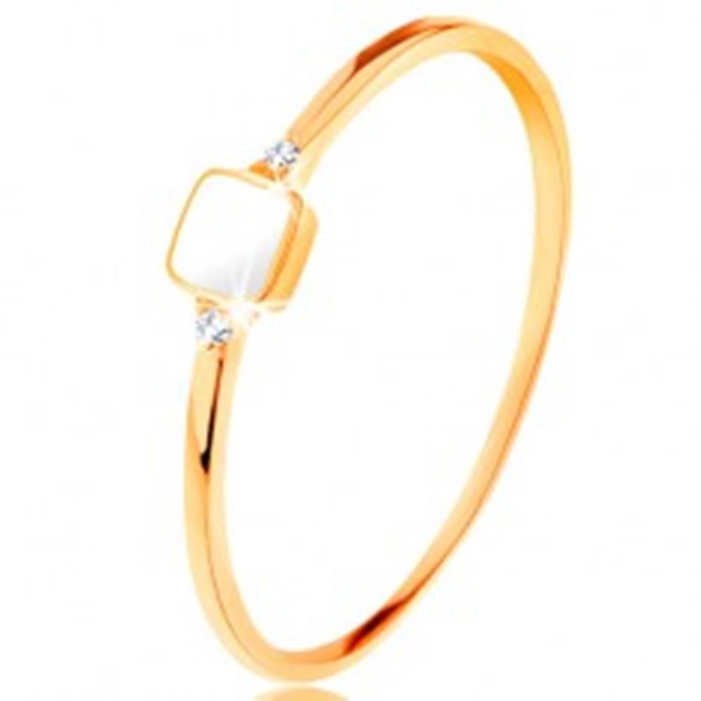Šperky eshop Prsteň zo žltého 14K zlata - biely glazúrovaný štvorček, drobné číre zirkóny - Veľkosť: 49 mm