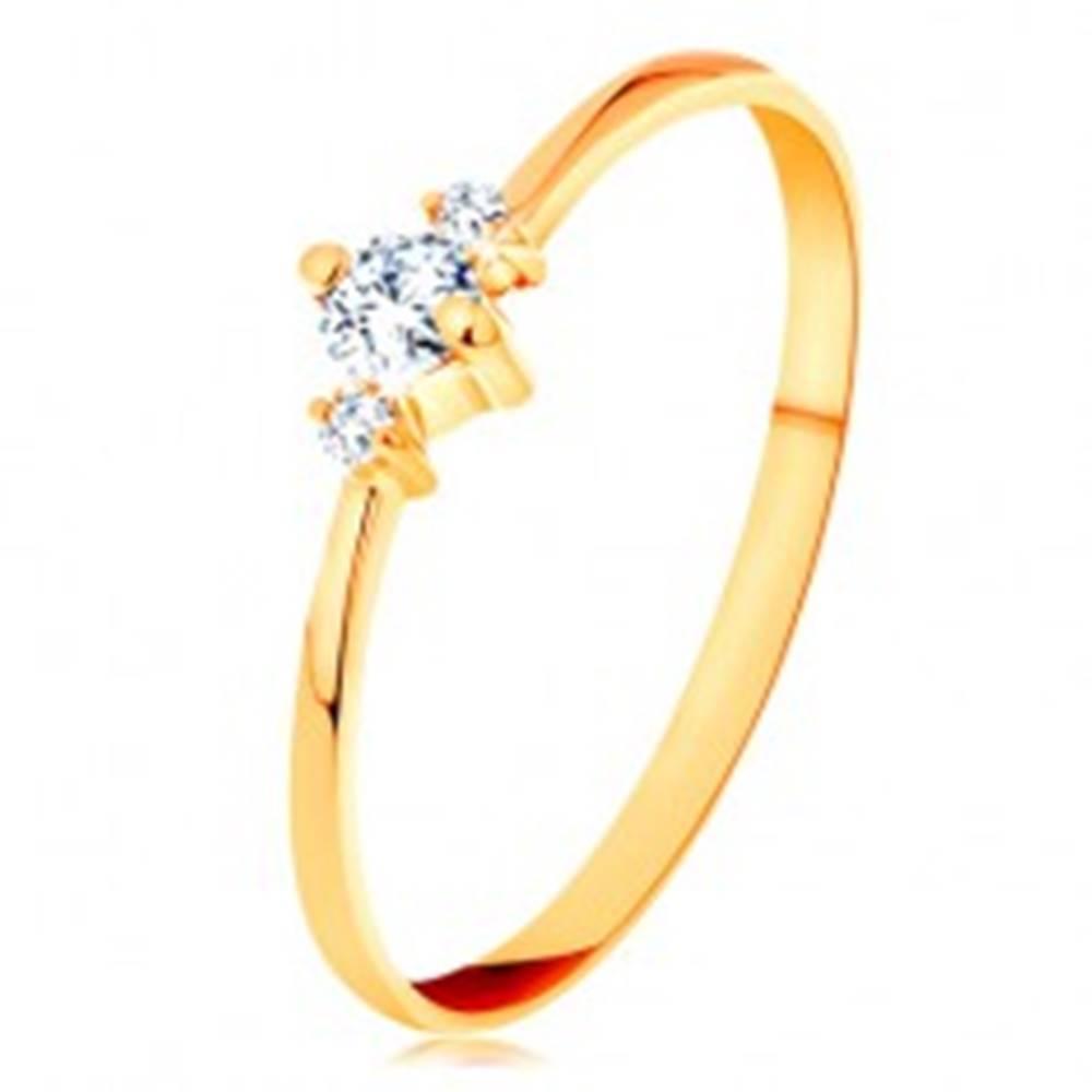 Šperky eshop Prsteň zo žltého 14K zlata so zúženými ramenami, tri ligotavé číre zirkóny - Veľkosť: 49 mm