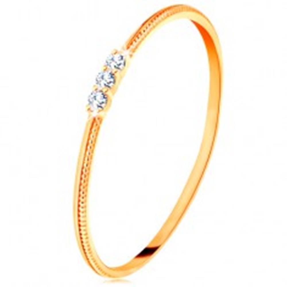Šperky eshop Prsteň zo žltého 14K zlata - tenké ramená s vrúbkami, tri číre zirkóniky - Veľkosť: 48 mm