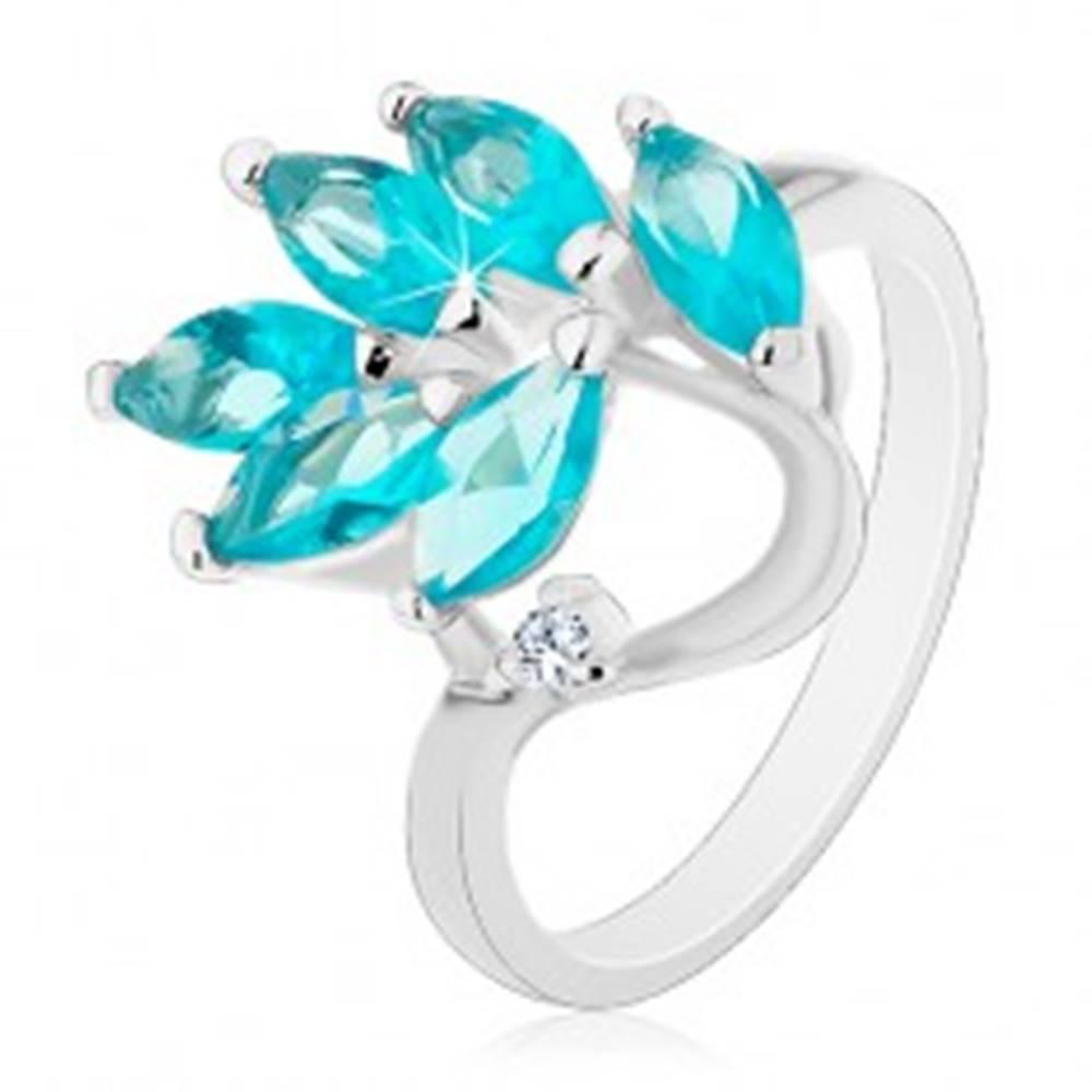Šperky eshop Prsteň v striebornej farbe, vetvička so zirkónovými lístkami akvamarínovej farby - Veľkosť: 49 mm