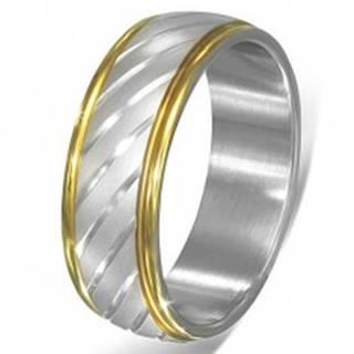 Dvojfarebný oceľový prsteň - šikmé zárezy striebornej farby a lem zlatej farby - Veľkosť: 55 mm