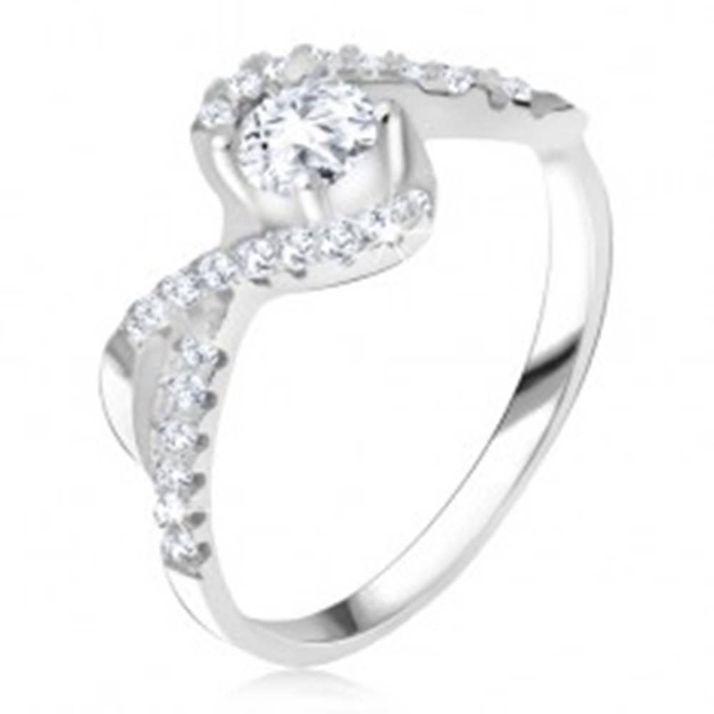 Šperky eshop Prsteň s čírym kamienkom, zatočené línie, zirkónové ramená, striebro 925 - Veľkosť: 49 mm
