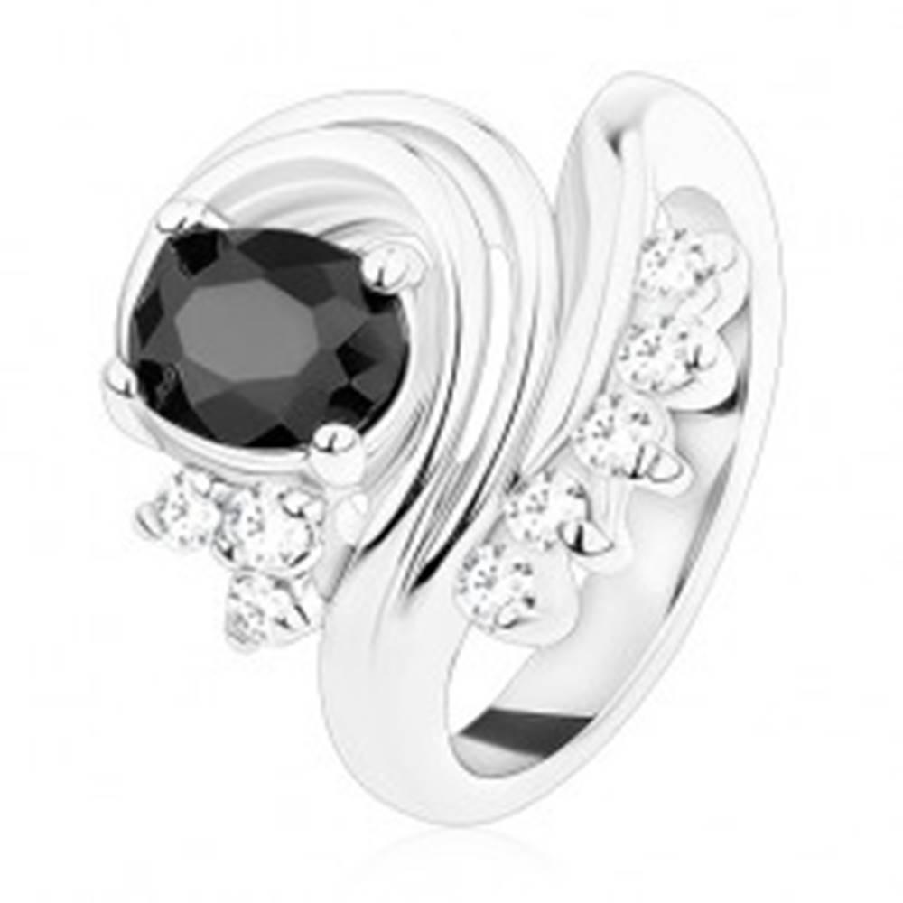 Šperky eshop Prsteň striebornej farby, čierny oválny zirkón, stočené línie, číre zirkóniky - Veľkosť: 49 mm