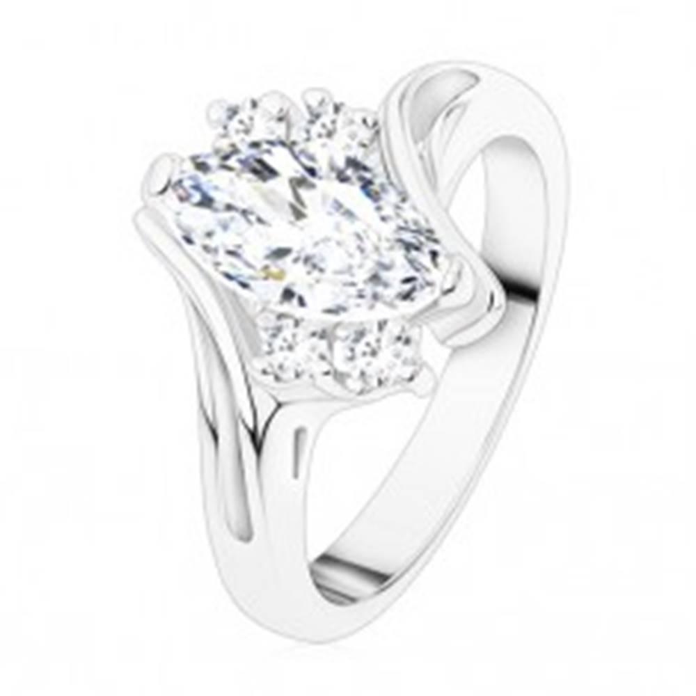 Šperky eshop Prsteň striebornej farby, číre zirkónové zrnko, dvojice zirkónikov, zahnuté ramená - Veľkosť: 49 mm