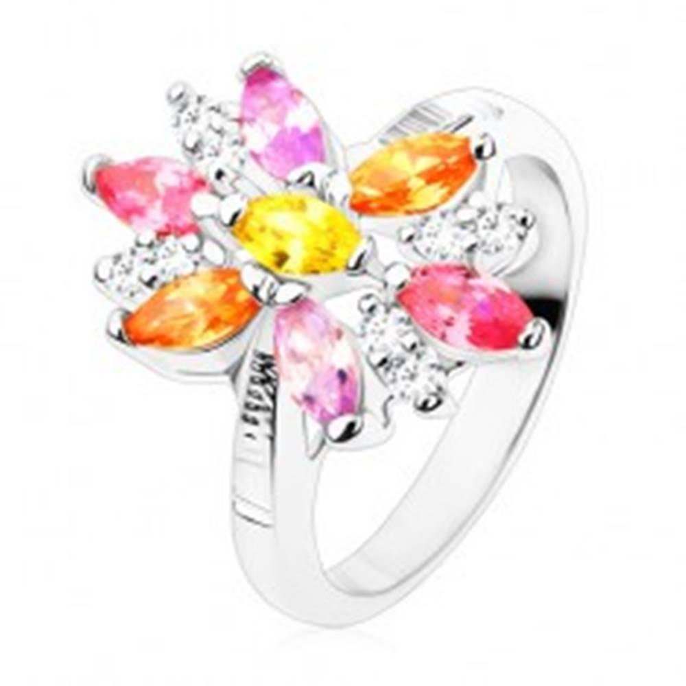 Šperky eshop Prsteň v striebornom odtieni, veľký kvet s farebnými a čírymi lupeňmi - Veľkosť: 49 mm