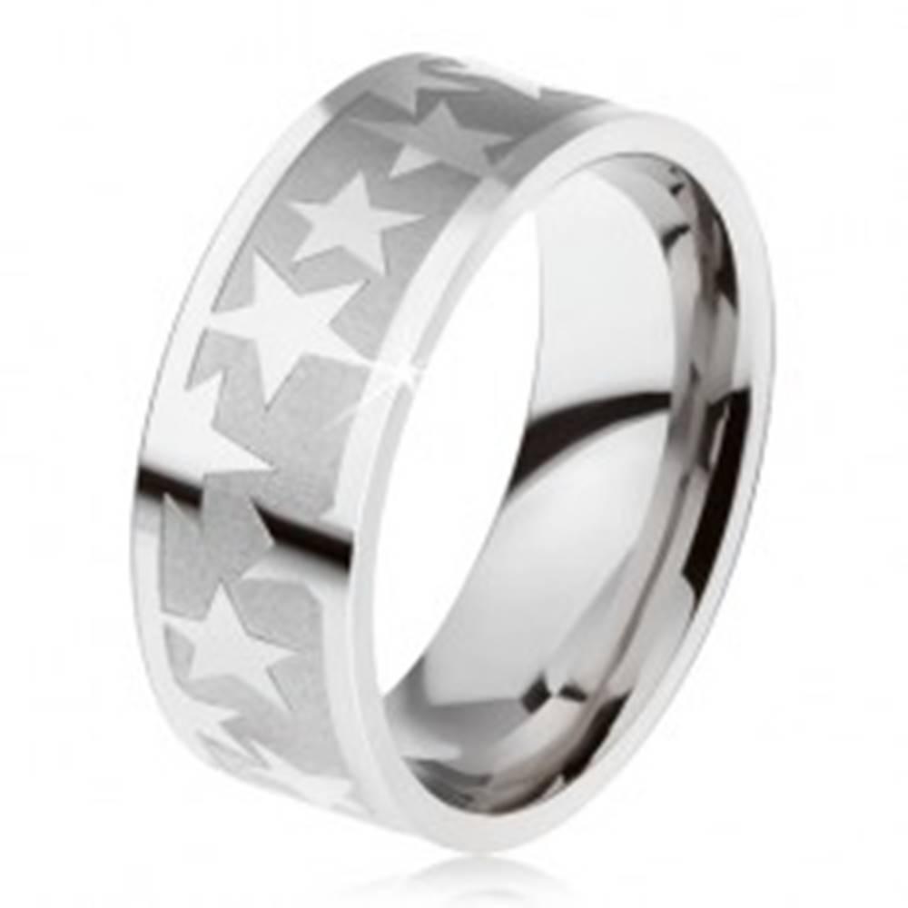 Šperky eshop Prsteň z chirurgickej ocele, matný gravírovaný pás, lesklé hviezdy - Veľkosť: 59 mm
