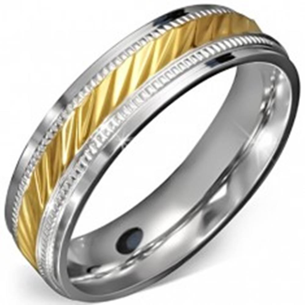 Šperky eshop Prsteň z chirurgickej ocele - stred zlatej farby so zárezmi a ozdobným rámom - Veľkosť: 52 mm