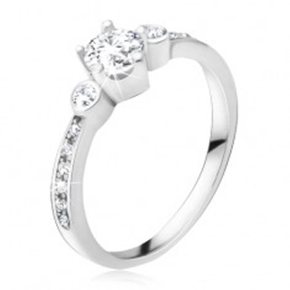 Šperky eshop Prsteň zo striebra 925, tri okrúhle zirkóny, kamienky v ramenách - Veľkosť: 49 mm