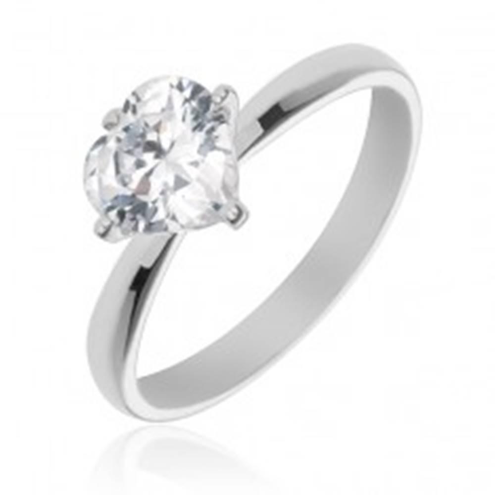 Šperky eshop Strieborný prsteň 925 s vystúpeným čírym zirkónovým srdcom - Veľkosť: 49 mm