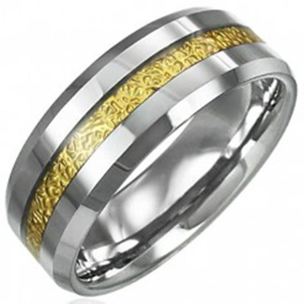 Šperky eshop Tungstenový prsteň so vzorovaným pruhom zlatej farby, 8 mm - Veľkosť: 49 mm