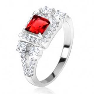 """Prsteň zo striebra 925, červený štvorcový kameň, zirkónové """"V"""" - Veľkosť: 49 mm"""