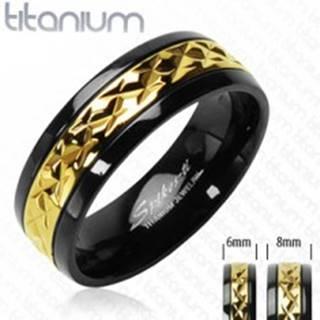 Titánový prsteň čierny so vzorovaným pruhom zlatej farby - Veľkosť: 49 mm