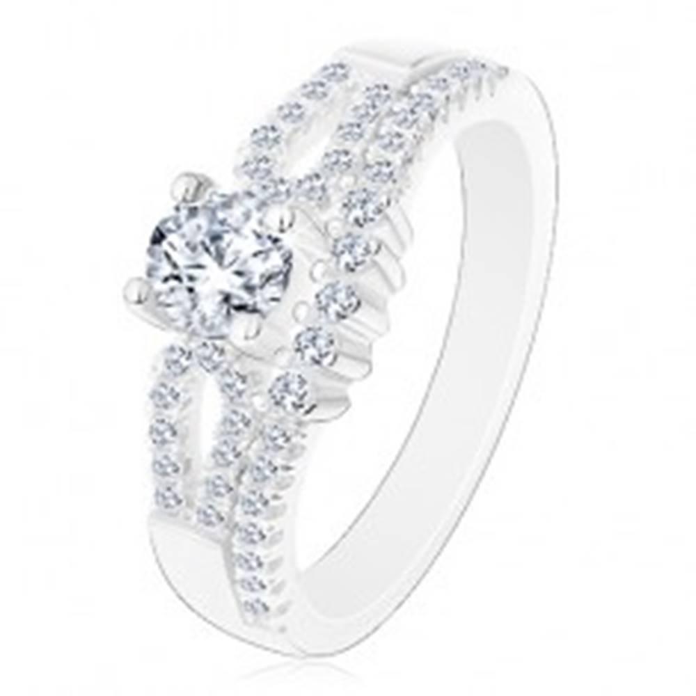 Šperky eshop Ligotavý zásnubný prsteň, striebro 925, výrezy na ramenách, číre zirkóny - Veľkosť: 50 mm