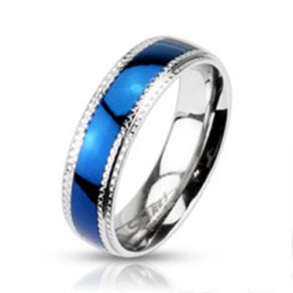 Šperky eshop Obrúčka z chirurgickej ocele - modrý lesklý pás a vrúbkovaný lem - Veľkosť: 49 mm