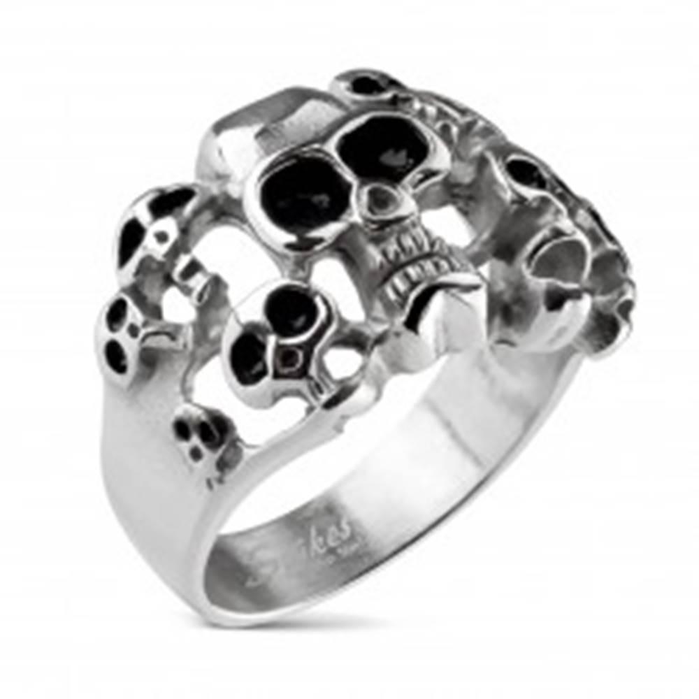 Šperky eshop Prsteň striebornej farby z ocele 316L - desať lebiek s čiernou glazúrou - Veľkosť: 59 mm