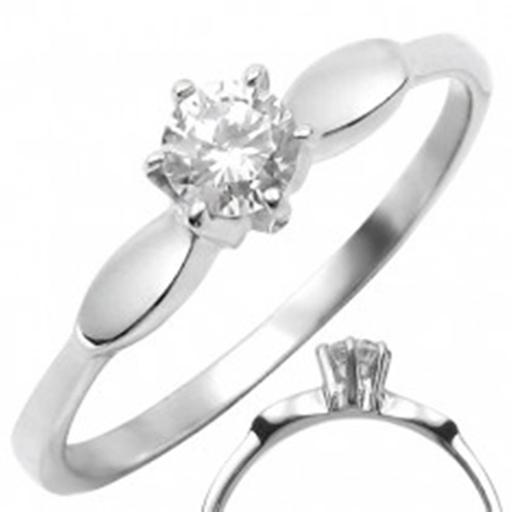 Šperky eshop Oceľový prsteň s čírym vystúpeným zirkónom s oválmi po stranách - Veľkosť: 50 mm