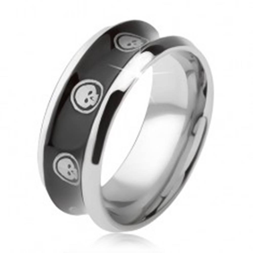 Šperky eshop Prsteň z chirurgickej ocele, lesklý čierny, vyhĺbený stred, lebka v kruhu - Veľkosť: 57 mm