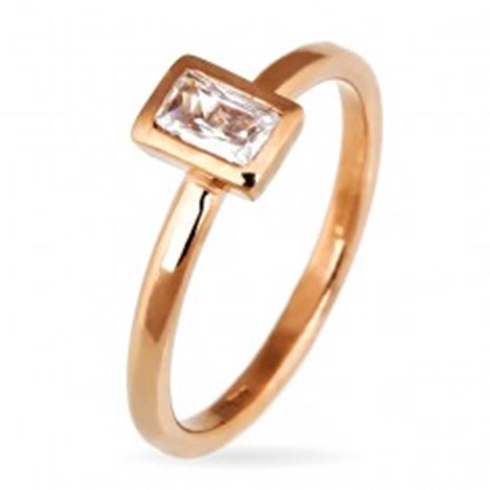 Šperky eshop Prsteň zo striebra 925 - zirkón v obdĺžnikovom ráme, medený povrch - Veľkosť: 50 mm