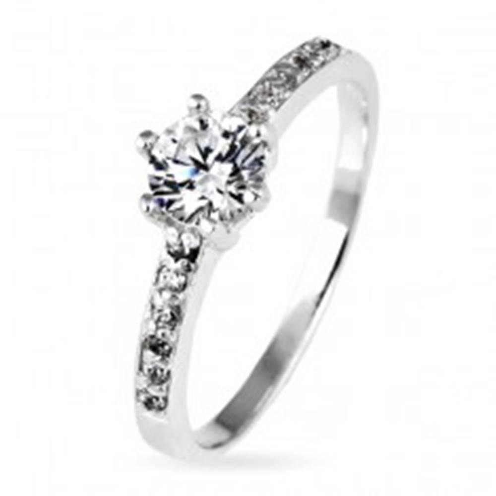 Šperky eshop Strieborný prsteň 925 - okrúhly zirkón v objímke a zirkóniky po stranách - Veľkosť: 48 mm