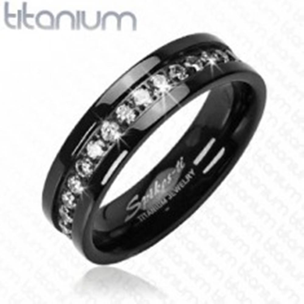 Šperky eshop Titánový prsteň čierny so vsadenými zirkónmi po obvode - Veľkosť: 52 mm