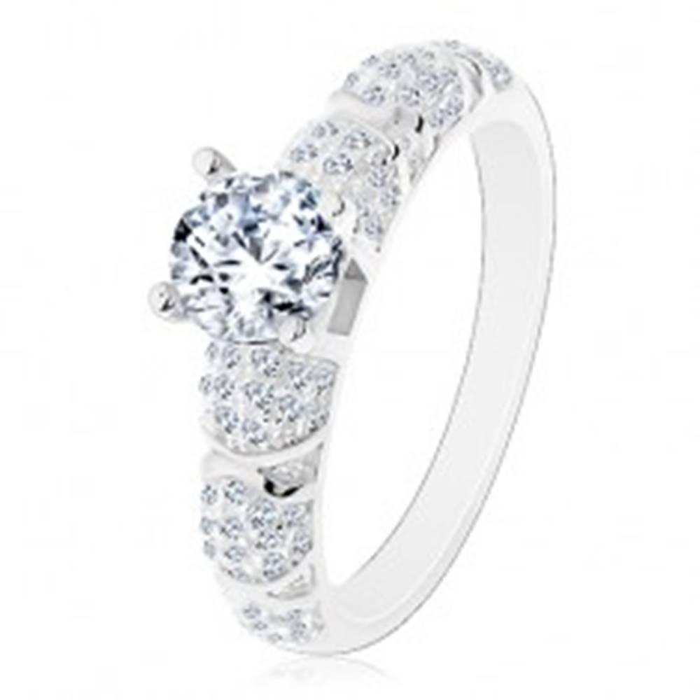 Šperky eshop Zásnubný prsteň, striebro 925, väčší okrúhly zirkón čírej farby, trblietavé ramená - Veľkosť: 49 mm