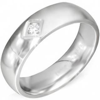 Lesklý oceľový prsteň striebornej farby so štvorcovým zárezom a čírym zirkónom - Veľkosť: 52 mm
