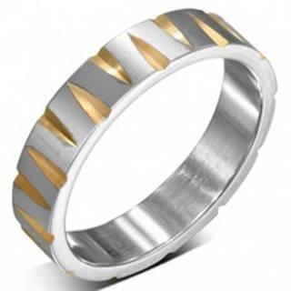 Oceľový prsteň striebornej farby so zárezmi v zlatej farbe - Veľkosť: 52 mm