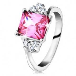 Trblietavý prsteň v striebornom odtieni, obdĺžnikový zirkón v ružovej farbe - Veľkosť: 49 mm