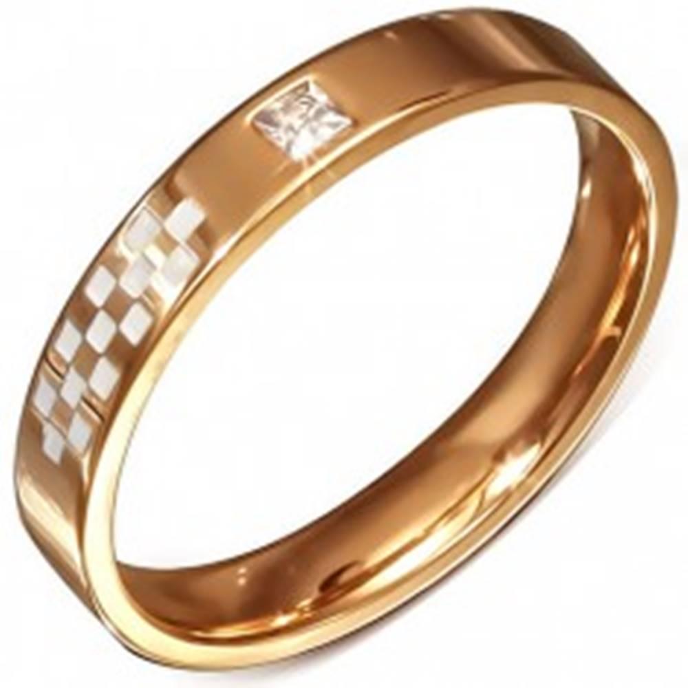 Šperky eshop Obrúčka ružovozlatej farby z ocele, biela šachovnica, zirkón - Veľkosť: 50 mm
